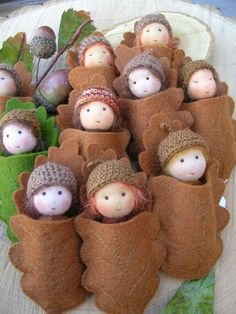 How to make a Waldorf doll (could be done w/ peg dolls) Waldorf Crafts, Waldorf Toys, Steiner Waldorf, Autumn Crafts, Christmas Crafts, Peg Doll, Acorn Crafts, Clothespin Dolls, Fairy Dolls
