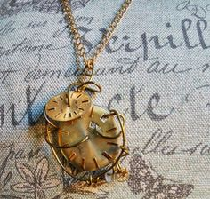 Steampunk necklace with gears and clock parts di HekateAtelier
