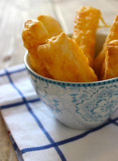cheese-sticks, pre-fab puff pastry cut in strips, stroke with egg, grated cheese on top, 12 min. in 220 C oven. Cheese Recipes, Appetizer Recipes, Appetizers, Dutch Recipes, Cooking Recipes, Mexican Dinner Party, Recipe For Teens, Good Food, Yummy Food