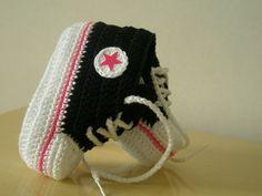 All Star Preto com detalhes rosa chiclete <br> <br>Feito em crochê com linha de algodão e de alta qualidade!! <br> <br>Tamanho de 0 a 3 meses,3 a 6 meses6 a 9 meses!!! <br> <br>Informar tamanho no ato da compra!!! <br> <br>MODELO EXCLUSIVO!!!NÃO COPIE!!! <br> <br>PREZADO CLIENTE,FIQUE ATENTO AO PRAZO DE ENTREGA INFORMADO NO ATO DE SUA <br> <br>COMPRA,ESSE PRAZO É CONTADO EM DIAS UTEIS E NÃO CORRIDOS!!!