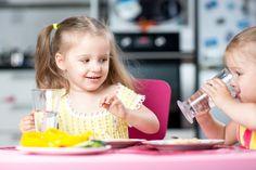 Rotina na alimentação infantil é super importante! Criança deve beber água.