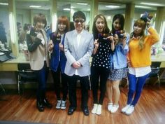 4minute poses with legend Cho Yong Pil