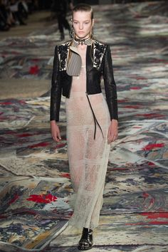 Alexander McQueen - Spring 2017 Ready-to-Wear Fashion Show Paris Fashion Week PFW