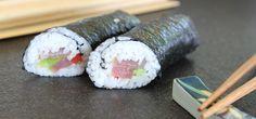 Ihr liebt Sushi und möchtet die japanischen Häppchen selber machen? Dann braucht ihr Nori! Noriblätter dienen als Hülle für die beliebten Sushisorten, allen voran die gerollten Maki. Wir beantworten hier eure wichtigsten Fragen über die Algenblätter, damit ihr selbst Sushi daraus zaubern könnt.