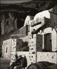 Herbert List, Santorini Town of Thira (Fira), 1937 Modern Photography, Street Photography, Herbert List, Old Photos, Vintage Photos, Greece History, Santorini Island, Famous Photographers, Magnum Photos
