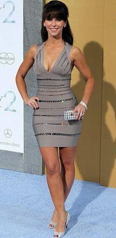 Vestido diseñado para acentuar las curvas del cuerpo de la mujer de forma sensual, delicada y elegante. Glamouroso vestido gris con líneas de cristales brillantes de diferentes tamaños cosidos a la tela. Su escote abierto en V realzará la forma de tu pecho. Originales tirantes dobles y cremallera oculta en la espalda. Fabricado en materiales de alta calidad: Nylon, Rayón y Spandex de alta densidad, con un peso de 700 gramos. Compra Online: www.elsecretodecarol.com