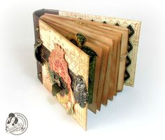 This is a fantastic French Country mini album from Alberto Juarez Diaz! Click to see all the pages! #graphic45 #minialbums