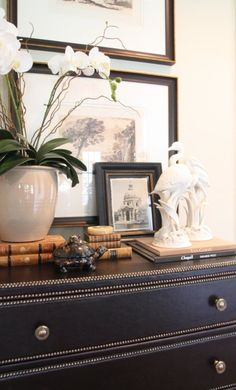 Home Interior Salas I love finding a great detail and I love using dark wood. Most of my commercial projects require large wood desks and the detailing on this is perfection for Foyer Decorating, Interior Decorating, Interior Design, British Colonial Style, Deco Originale, Transitional House, Cool Ideas, Dark Wood, Vignettes