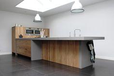 Modern eiken keuken gemaakt door JP Walker. Mooie geplankt eiken fronten in combinatie met Oyster composiet