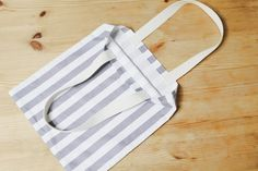 How to make Eco Fabric Shopping Bag. Step by Step Photo Tutorial. Fabric Boxes Tutorial, Diy Bags Tutorial, Diy Eco Bags, Cosmetic Bag Tutorial, Tote Bag With Pockets, Fabric Gift Bags, Diy Tote Bag, Creation Couture, Quilted Bag