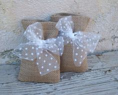 Rustic burlap favor bags with tulle bow Más Lavender Bags, Lavender Sachets, Diy Wedding, Rustic Wedding, Wedding Gifts, Burlap Crafts, Diy And Crafts, Decoration Communion, Burlap Favor Bags