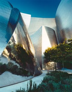 Disney Concert Hall in Los Angeles by Frank Gehry. No matter how many times I see this building, it never ceases to take my breath away ~ Futuristic Architecture, Beautiful Architecture, Contemporary Architecture, Art And Architecture, Frank Gehry, Amazing Buildings, Modern Buildings, Zaha Hadid, Walt Disney Concert Hall