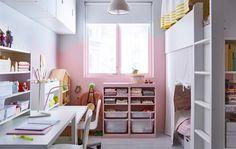 Et delt barnerom med loftseng, oppbevaring og to skrivebord