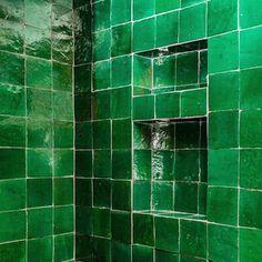 Diese handgeschnittenen und handglasierten Zelliges aus Marokko geben Deiner Dusche jede Menge Pep und Vitalität, Urlaub zuhause ! Living In Alaska, Traditional Tile, Shower Niche, Tile Projects, Concrete Tiles, Hexagon Shape, Jade Green, Custom Design, Morocco