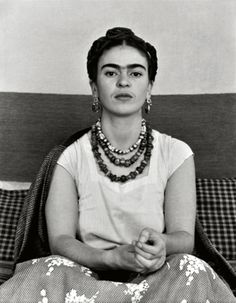 Frida Kahlo first met Diego Rivera when she was an art student hoping to get advice on her career from the famous Mexican muralist. Diego Rivera, Natalie Clifford Barney, Robert Mapplethorpe, Fridah Kahlo, Karneval Diy, Mundo Hippie, Frida Art, Frida Kahlo Artwork, Frida And Diego
