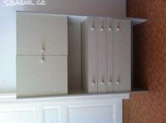 Bílé stohovací skříňky, jedna dvířková rozdělená na - obrázek číslo 1