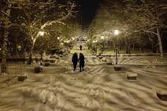 La gente a piedi lungo un passo innevato che conduce alla #Cattedrale di #Kazan a meno 12 gradi Celsius (10,6 gradi Fahrenheit) a #Stavropol, #Russia meridionale