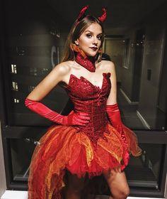 """""""Pronta para minha primeira noite de Halloween ❤️ Essa é a minha fantasia completa de diabinha do bem hahahaha @breshowfantasias #halloween #London"""""""