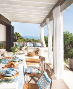 EN EL PORCHE La mesa es de Azul Tierra y las sillas, de un mercadillo de Verona, Italia. Cojines de El Meu Coixí y alfombra redonda de Aquitania.  el