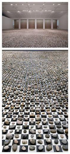 http://www.balticmill.com/whats-on/exhibitions/detail/mark-wallinger Wallinger trasforma momenti quotidiani di vita in possibilità trascendenti, il tentativo di sistematizzare la natura, il mondano e l'astratto, 100000000000000000 2012 cataloghi e confronta 65.536 pietre, che occupano ciascuna una propria piazza su una scacchiera gigantesca - il dispositivo binario semplice per ordine che implica.