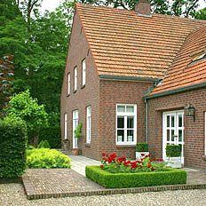 http://www.tuindesign-ten-horn.nl Tuinarchitect - tuinontwerp. Klassieke tuin in Limburg met gebakken klinkers, maassplit en tegels als verharding.