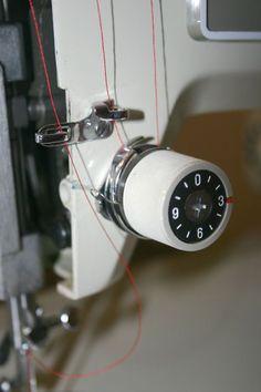 En tirant le fil de bobine, qui passe donc dans l'aiguille, vers le bas, vous sentirez si vous devez forcer ou au contraire si il arrive trop vite.– si le fil ne veut pas venir, cela signifie que la tension est trop élevée et qu'il faut donc la diminuer.– si le fil arrive trop vite, c'est l'inverse, la tension est trop basse et vous devrez l'augmenter. L'objectif est que vous puissiez tirer le fil sans que cela soit dur ni que la bobine se vide d'un seul coup !