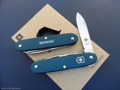 Victorinox Pioneer Nespresso Dharkan Limited Edition 2018 Cool Knives, Knives And Swords, Victorinox Knives, Tactical Knives, Swiss Army Knife, Everyday Carry, Nespresso, 72 Hours, Yolo