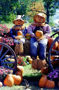 Give your fireplace a makeover this fall with these mantel decorating ideas that celebrate the autumn harvest, Halloween, and everything in between. Halloween Chat Noir, Fall Halloween, Happy Halloween, Scarecrows For Garden, Fall Scarecrows, Adornos Halloween, Autumn Display, Fall Displays, Autumn Scenes