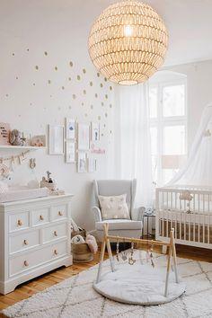 Besoin de décorer une chambre de bébé ? Plongez dans l'univers déco de la chambre de bébé contemporaine grâce à 10 beaux exemples inspirants.