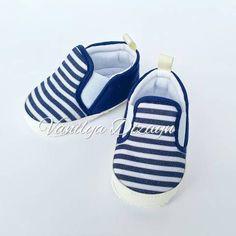 Lacivert beyaz çizgili bağcıksız sneaker tarzı bebek patiği. sneakers, bebek converse, bebek ayakkabı