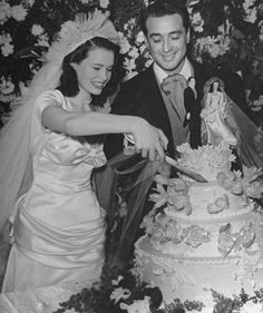 Gloria Vanderbilt and first husband Pasquale John Di Cicco cutting their wedding cake December 28 1941 Gloria Vanderbilt, Celebrity Wedding Dresses, Celebrity Weddings, Wedding Bride, Wedding Gowns, 1940s Wedding, Wedding Fun, Wedding Stuff, Wedding Ideas