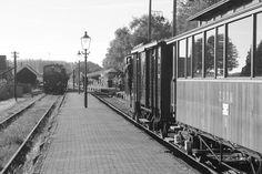 Mooie zwart-witfoto van het tramstation zoals het er vroeger uit zag. #stoomtram #locomotief #stoomtramlocomotief #rijtuig #geschiedenis #historie #reizen #tijdreizen #stoomlocomotief #vervoer #Museumstoomtram #stoomtram