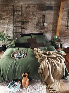 My home @jellinadetmar #industrialdesign #wonen #bed #groen #plants #industrialfurniture #industrieelwonen #bedroom
