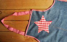 Reciclando vaqueros gastados: un delantal para niños handmade. Handmade apron for kids made from old jeans.