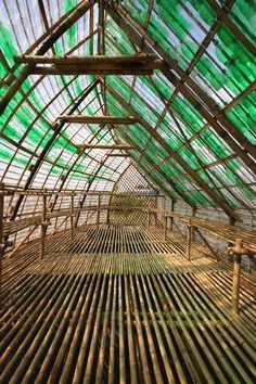 Structural Interiors. Bamboo structure interior. Cubierta hecho con botellas plàsticas © Vu Xuan Son
