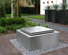 self contained contemporary water feature fountain | Voortuin ontwerpen en ideeën | RVS Waterpartij in voortuin. Door BJ1970