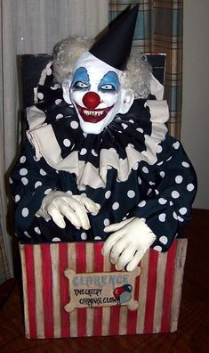 Clarence the clown made by Halloween Forum member Kelloween. Freak Show Halloween, Halloween Circus, Halloween Haunted Houses, Halloween Horror, Halloween 2019, Halloween Themes, Fall Halloween, Halloween Crafts, Halloween Decorations