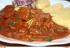 Maso nakrájíme na kousky a dobře osušíme. Rozehřejeme sádlo a necháme na něm rozpustit kostičky slaniny. Přidáme jemně nakrájenou cibuli a... Multicooker, Thai Red Curry, Food And Drink, Beef, Ethnic Recipes, Nova, Red Peppers, Meat, Ox