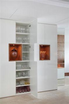 Gostei desse formato para o armário ao lado direito da churrasqueira Home Bar Cabinet, Dining Cabinet, Apartment Interior Design, Room Interior, Home Entrance Decor, Home Decor, Crockery Cabinet, Living Room Tv Unit Designs, Home Trends