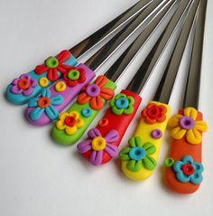 Koktejlové lžičky- 17 cm. Květinková sada 6 barevných lžiček. Cena za sadu! !!!! Lžičky jsou kratší než dezertní lžičky z kategorie dezertní lžičky 18cm. !!!! Ceramic Painting, Painted Ceramics, Cold Porcelain, Porcelain Tiles, Clay Dragon, Polymer Clay Projects, Clay Flowers, Clay Dolls, Ginger Jars