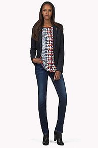 This sophisticated slim-fit blazer is made from a warm houndstooth wool plaid. Comes to the hips. The tailored waistline flatters the feminine silhouette. Single-breasted styling, single-button placket, open patch pockets at the hips. Tommy Hilfiger tag on the notched lapel, single vent at the back. Get this statement piece for this season's look: patterns and plaid.<br/><br/>Our model is 1.76m and is wearing a size S Tommy Hilfiger blazer.