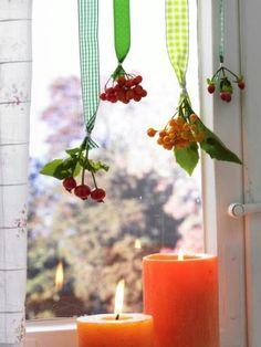 Beeren Deko Foto: deco Beeren-Deko: Vor dem Fenster Kopfüber verleihen die Beeren am Band dem Fenster einen besonders hübschen Ausblick. Farblich passende Kerzen machen's rund... Anleitung: 1. Beeren kurz abschneiden und mit Schmuckdraht an einem Stück Geschenkband befestigen. 2. Bänder vor das Fenster hängen.