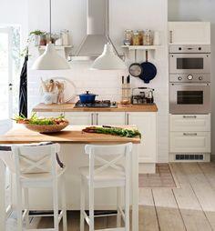 Mooie ikea FAKTUM keuken met LIDINGÖ deuren. Deze afzuigkap willen we ook graag. De consoles die er naast hangen heb ik ook al (breder) en zou ik daar ook wel naast willen hangen.