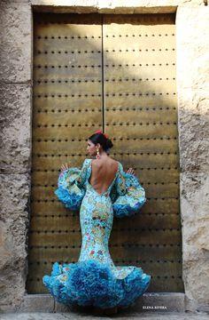 Rosas de Mayo - Andrew Pocrid  ·  Moda Flamenca por Elena Rivera vía Mamá de Mayor Quiero Ser Flamenca. Gala Dresses, Prom Party Dresses, 15 Dresses, Flamenco Skirt, Flamenco Dancers, Flamenco Dresses, Flamingo Dress, Spanish Fashion, Latin Dance Dresses