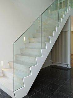Glazen balustrade, leuningen in glas Indoor Stair Railing, Staircase Railings, Modern Staircase, Staircases, Glass Handrail, Glass Stairs, Floating Stairs, Small Space Interior Design, Decor Interior Design