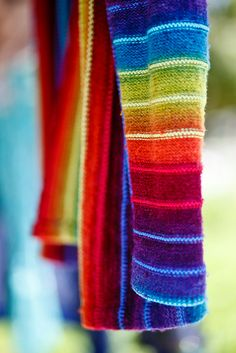 rainbow knitting: a beautiful use of rainbow yarn in this knitted sweater Yarn Projects, Knitting Projects, Loom Knitting, Hand Knitting, Knitting Patterns, Crochet Patterns, Knit Jacket, Yarn Crafts, Pulls