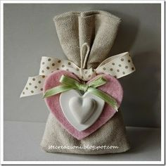 bomboniere Burlap Crafts, Diy And Crafts, Arts And Crafts, Paper Crafts, Lavender Bags, Burlap Fabric, Deco Table, Felt Hearts, Cute Crochet