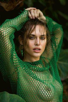 Photos : Lana Zakocela seins nus dans Maxim