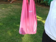 Make a simple no-sew tote bag for your shopping from an old T-shirt. All you need are scissors and a T-shirt!