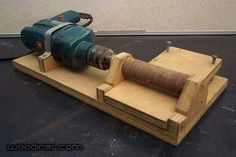 Homemade plank thicknesser constructed from wood and powered by an electric drill. Woodworking Techniques, Woodworking Jigs, Carpentry, Woodworking Projects, Wood Tools, Diy Tools, Wood Jig, Wood Router, Into The Woods